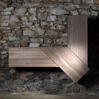 Sideboard suspendu noyer massif joli motif angulaire meuble bois naturel écologique