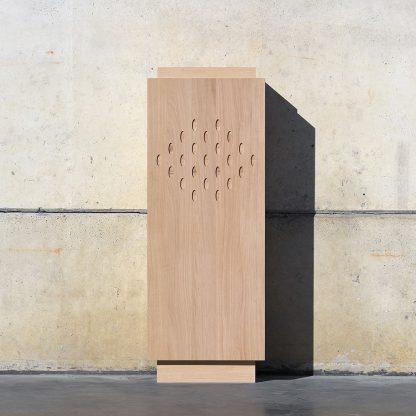 Meuble vertical chêne massif socle tête bois motif trous ovaux fraisés meuble bois naturel écologique