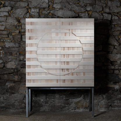 forme carrée meuble érable massif pied acier brut motif fraisé formes géométriques linéaires meuble bois naturel écologique